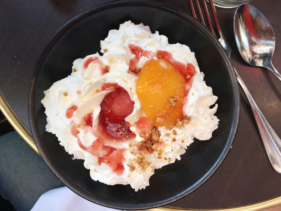 Le vacherin façon fraise melba du Comptoir du Relais Saint Germain