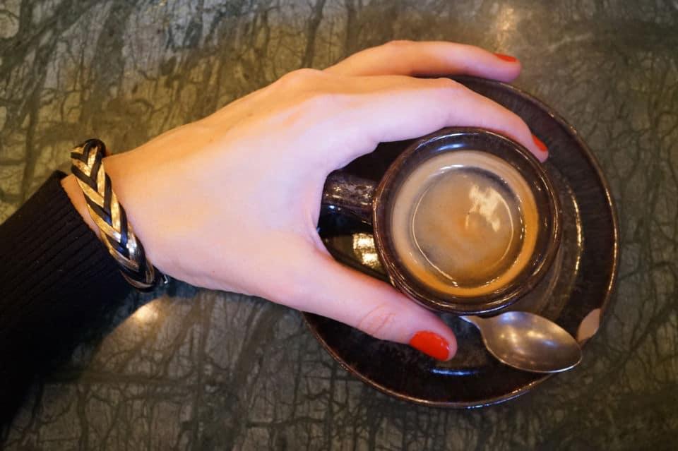 Bracelet cuir et chaîne dorée