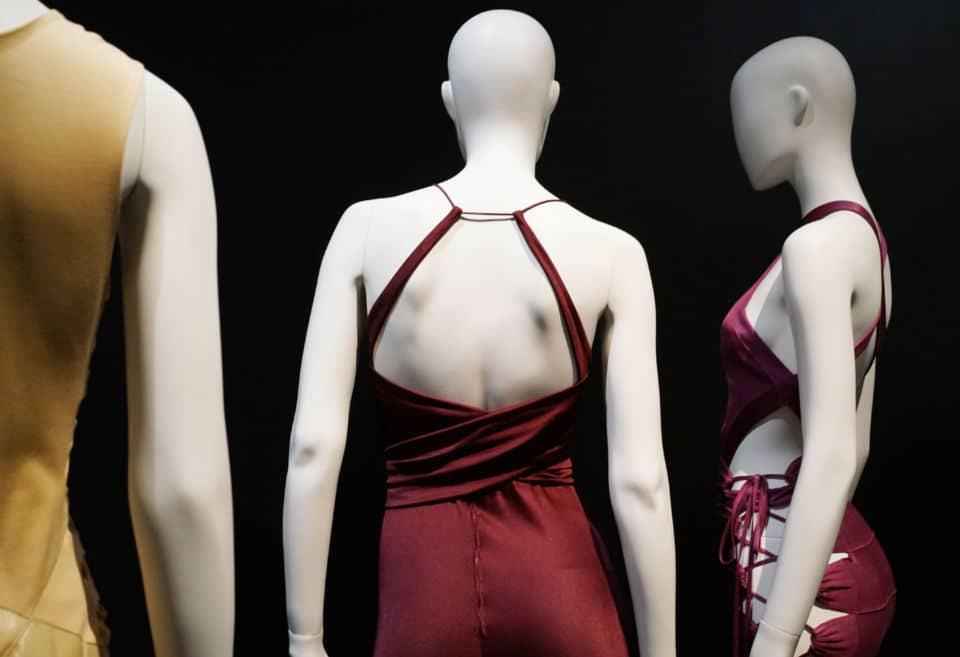 Back Side/Dos à la model'expo. Back side, l'expo. qui focalise sur le dos des vêtements