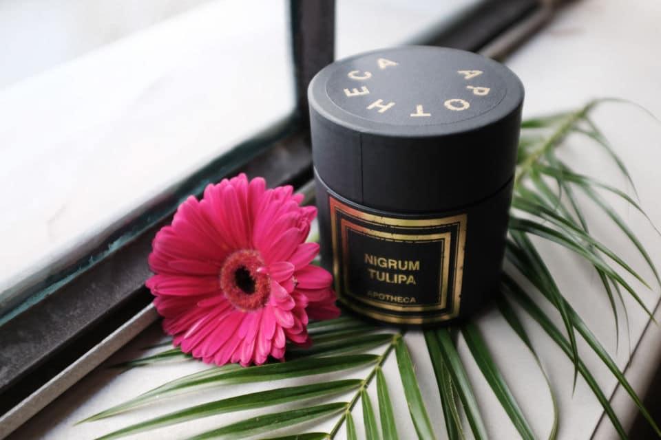 Une bougie parfumée à l'odeur chaude et sensuelle